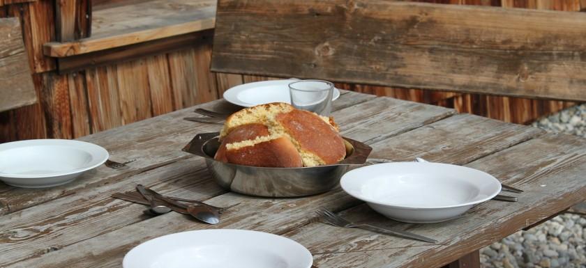 Gedeckter Tisch mit Brot